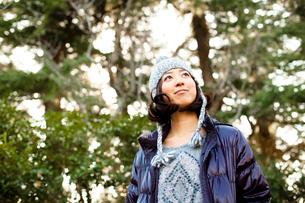 毛糸の帽子とダウンジャケットを着た女性の写真素材 [FYI02613670]