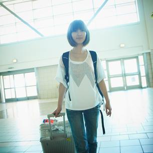 スーツケースを持った女性の写真素材 [FYI02614150]