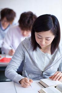 授業を受ける女子大生の写真素材 [FYI02614342]