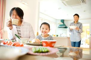 朝食を食べるファミリーの写真素材 [FYI02614383]