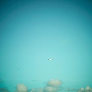 青空と飛行機の写真素材 [FYI02614462]
