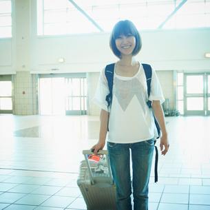 スーツケースを持った女性の写真素材 [FYI02614547]