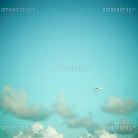 青空と飛行機の写真素材 [FYI02614565]