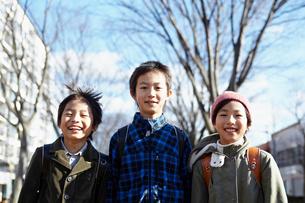 3人の小学生のポートレートの写真素材 [FYI02614669]