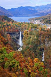 秋の中禅寺湖と華厳の滝 栃木県の写真素材 [FYI02614694]
