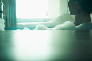 入浴する女性の写真素材 [FYI02614743]