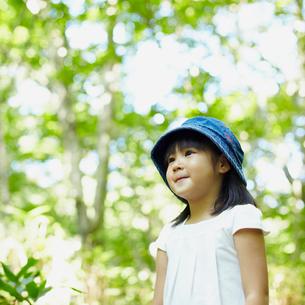 帽子を被った女の子の写真素材 [FYI02614840]