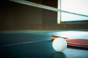 卓球台の上のラケットとボールの写真素材 [FYI02614945]