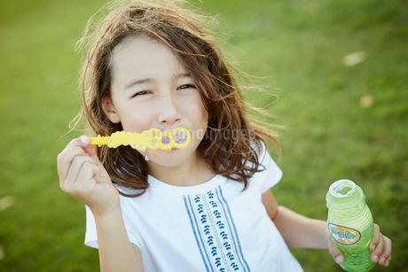シャボン玉と女の子の写真素材 [FYI02614964]
