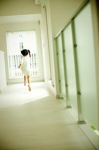 室内を走る女の子の写真素材 [FYI02614969]