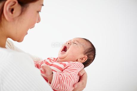 泣く赤ちゃんとあやす母親の写真素材 [FYI02615113]