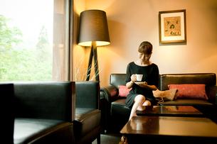 コーヒーカップを持つ女性の写真素材 [FYI02615117]