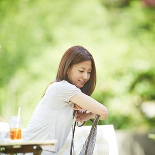オープンカフェでくつろぐ女性の写真素材 [FYI02615130]
