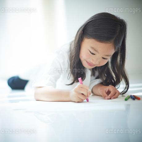 お絵かきをする女の子の写真素材 [FYI02615150]