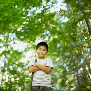 腕組みをする男の子の写真素材 [FYI02615195]