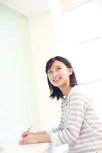 勉強をする女の子の写真素材 [FYI02615204]