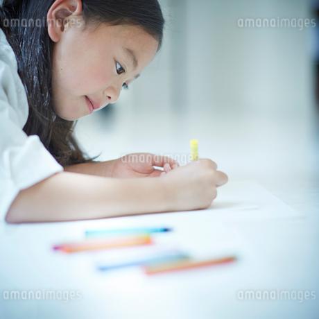 お絵かきをする女の子の写真素材 [FYI02615225]