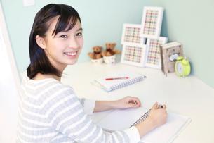 勉強をする女の子の写真素材 [FYI02615253]