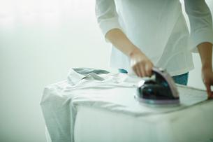 アイロンをかける女性の手元の写真素材 [FYI02615266]