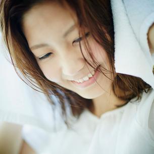 髪をタオルで拭く女性の写真素材 [FYI02615313]