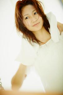 髪をタオルで拭く女性の写真素材 [FYI02615338]