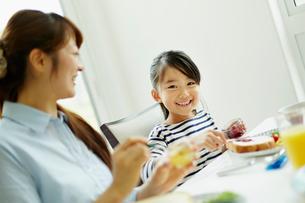 食事をする女の子と母親の写真素材 [FYI02615356]