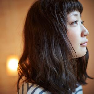 若い女性の横顔の写真素材 [FYI02615397]