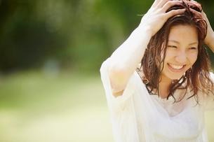 濡れ髪の女性の写真素材 [FYI02615411]