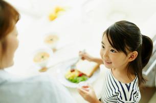 食事をする女の子と母親の写真素材 [FYI02615460]