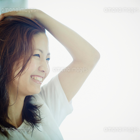 髪を掻き上げる女性の写真素材 [FYI02615472]