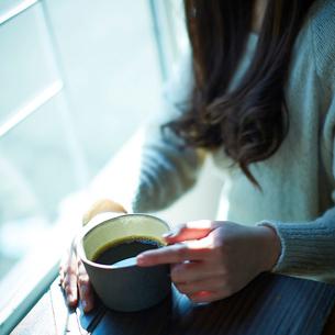 コーヒーと女性の手元の写真素材 [FYI02615491]