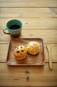 マフィンとスコーンとコーヒーの写真素材 [FYI02615505]