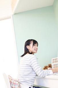 勉強をする女の子の写真素材 [FYI02615571]