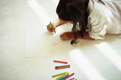 クレヨンで絵を描く女の子の写真素材 [FYI02615589]