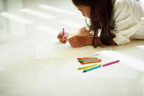 クレヨンで絵を描く女の子の写真素材 [FYI02615593]