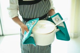 鍋を持つ女の子の写真素材 [FYI02615654]