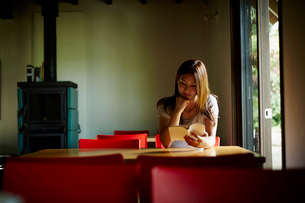 本を読む女性の写真素材 [FYI02615662]