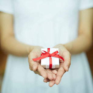プレゼントを持つ女性の手の写真素材 [FYI02615665]
