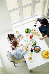 食事をするファミリーの写真素材 [FYI02615687]