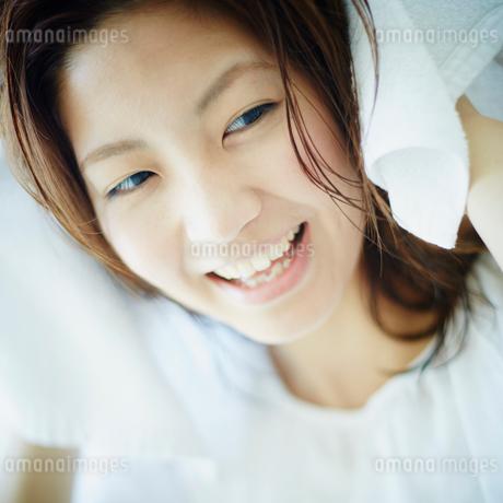 髪をタオルで拭く女性の写真素材 [FYI02615737]