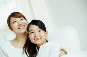 寄り添う女の子と母親の写真素材 [FYI02615751]