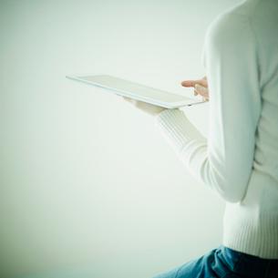 タブレットPCを操作する女性の写真素材 [FYI02615847]