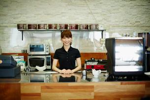 カフェで働く女性の写真素材 [FYI02615851]