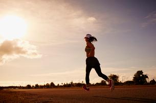 ランニングをする女性の写真素材 [FYI02615853]