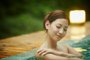 露天風呂に入浴する女性の写真素材 [FYI02615884]