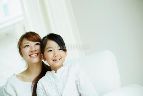 寄り添う女の子と母親の写真素材 [FYI02615930]