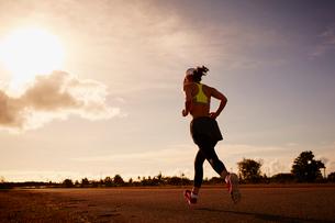 ランニングをする女性の写真素材 [FYI02615949]