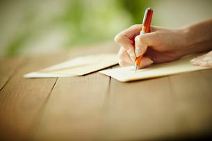 手紙を書く女性の手元の写真素材 [FYI02615959]