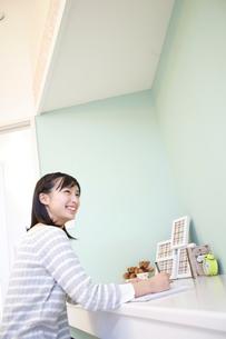勉強をする女の子の写真素材 [FYI02616016]