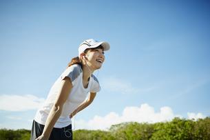 スポーツウェア姿の女性と青空の写真素材 [FYI02616022]